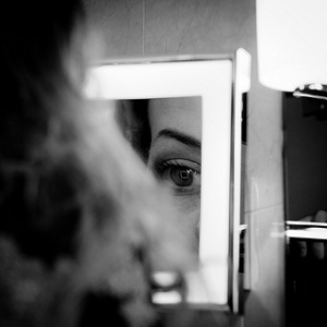 Girl and Mirror, por Mat's Eye.  (CC BY 2.0)